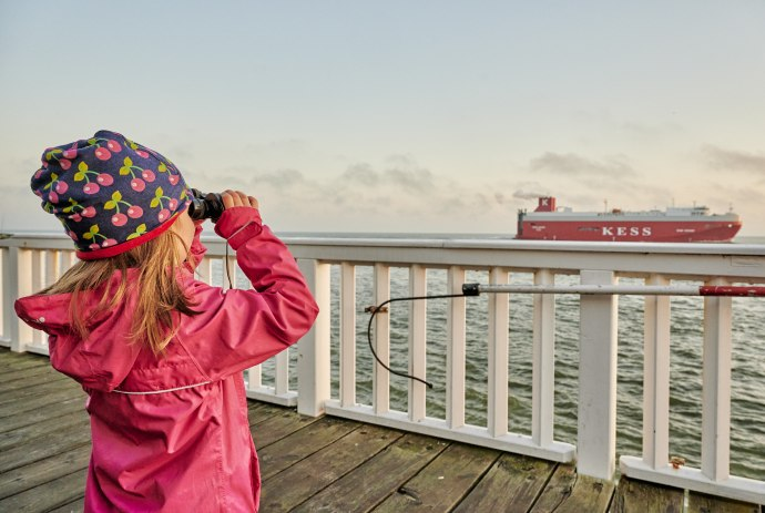 Kind mit Fernglas in Cuxhaven